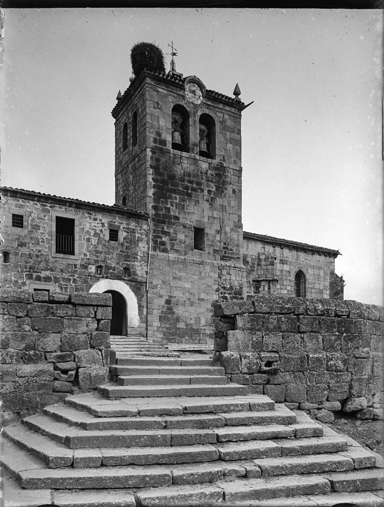 Duruelo. Kirche [Iglesia de San Miguel Arcángel con arco de ent