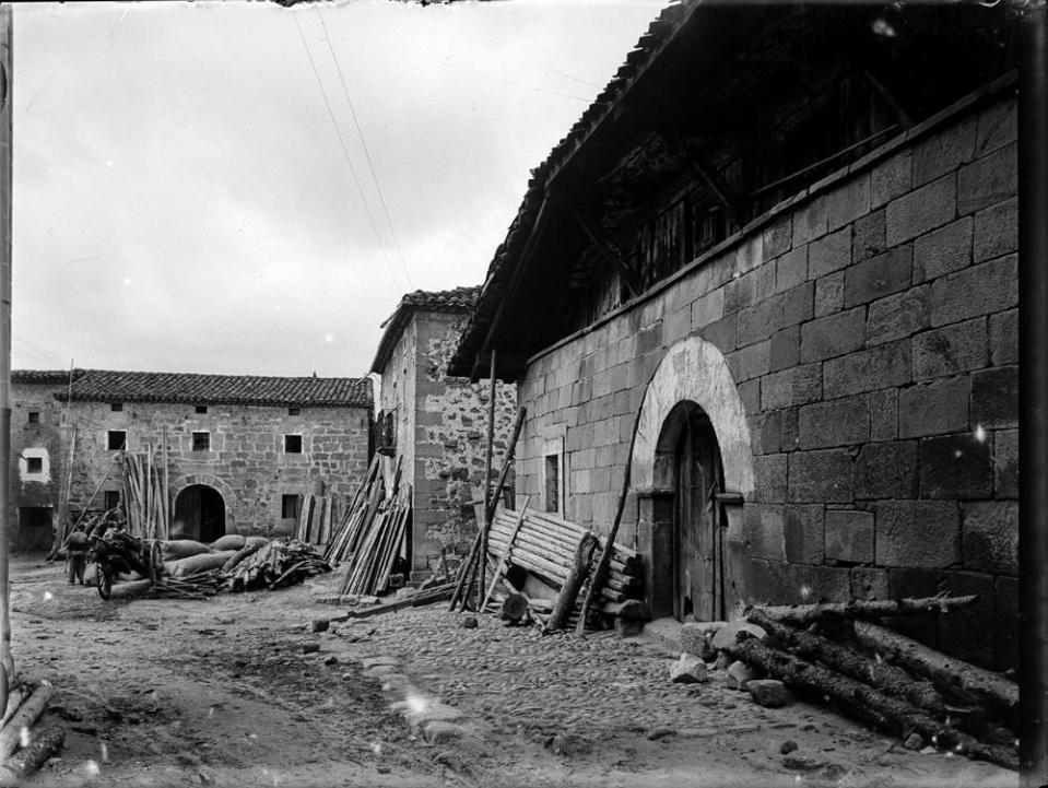 Duruelo. Dorfwinkel [Vista de calle y viviendas con troncos, sac