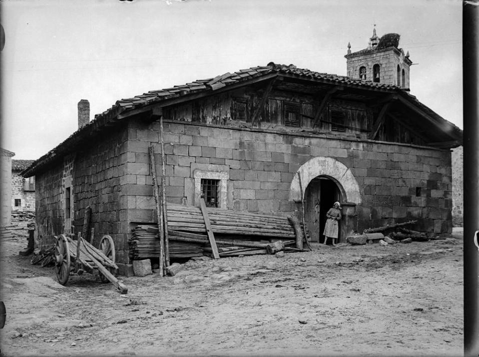 Duruelo. Typ. Haus [Casa típica de piedra con ventanas enrejada