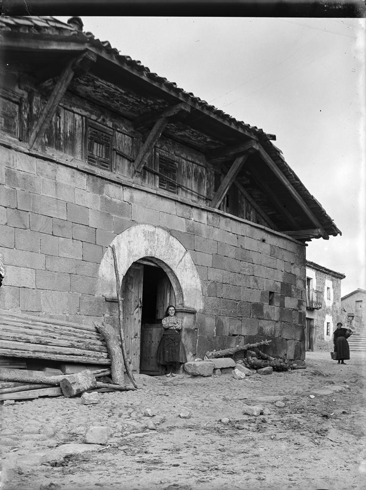 Duruelo. Typ. Haus [Casa típica de piedra con la buhardilla de