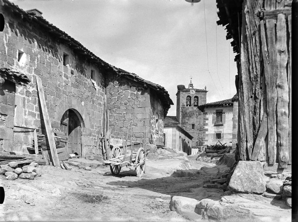 Duruelo. Dorfgasse [Calle con casas de piedra, carro de pértiga