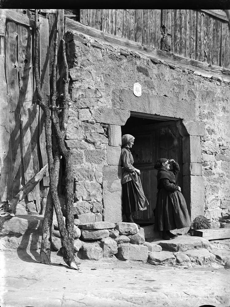 Duruelo. Frauen am Hausportal [Mujeres con pañuelo en la puerta